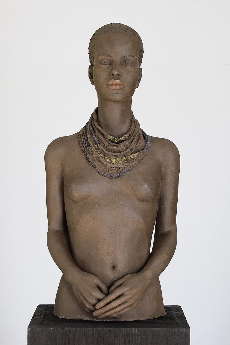 Schwarze Frau mit Halsschmuck, Terrakotta engobiert, 65x31x26 cm, 2013
